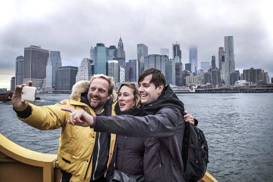 Selfie met toeristen en de skyline van New York.