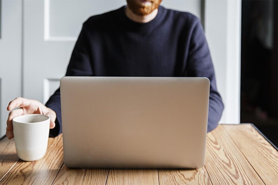 Vooral de laptop zorgt voor nek- en rugklachten; je kijkt dan constant naar beneden en buigt het hoofd wat voorover.