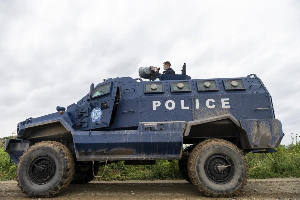 Vanuit een pantserwagen 'schiet' de Griekse grenspolitie een oorverdovend lawaai over de grens met Turkije.