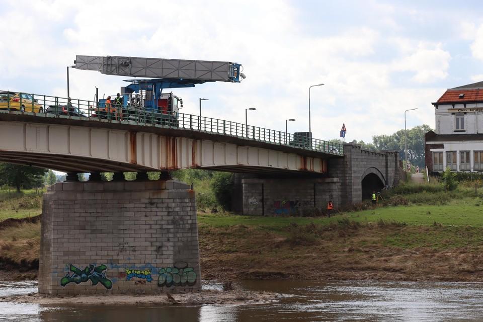 De brug over de Maas mag vandaag om 14 uur weer open voor alle verkeer.