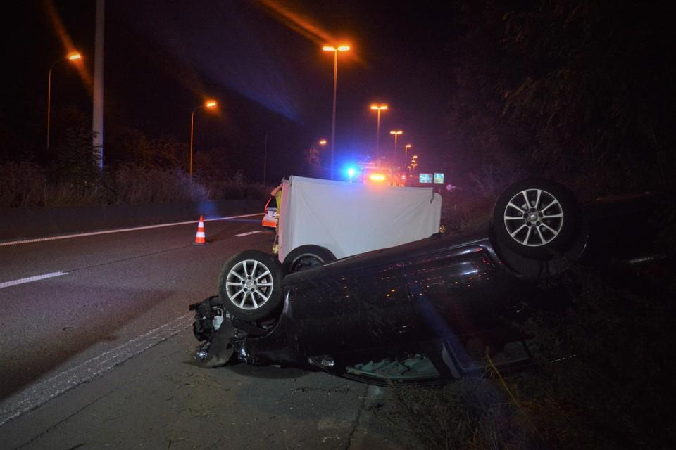 De Golf kwam in de berm  terecht en belandde uiteindelijk op zijn dak. De bestuurder overleed ter plaatse.