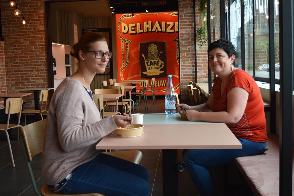 Leen en Tanja eten hun middagmaal in de nieuwe verbruikersruimte van Delhaize in Deinze.