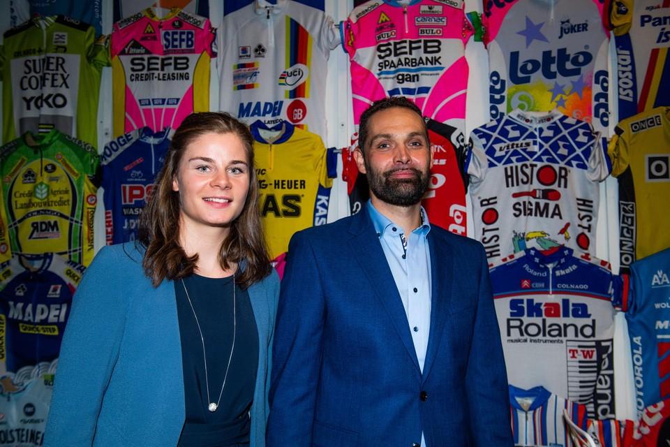 Lotte Kopecky en partner Kieran De Fauw pronken voor de indrukwekkende collectie wielertruien in het Centrum Ronde van Vlaanderen.