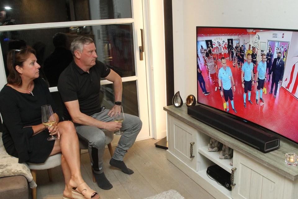 Beloftentrainer Kurt Bataille volgt samen met echtgenote Hilde de wedstrijd van hun jongste zoon Jelle met Antwerp in Griekenland.