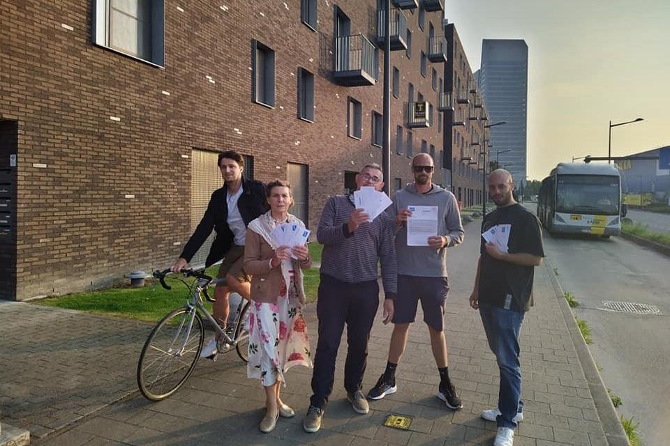 Enkele van de bewoners met de boetes in de hand voor hun appartementsgebouw.