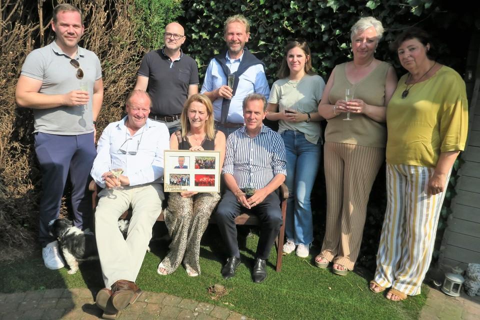 Micheline Duysens met vrienden, waaronder burgemeester Dirk Bauwens, op het herdenkingsmoment voor Didier vijf jaar na zijn tragische dood.