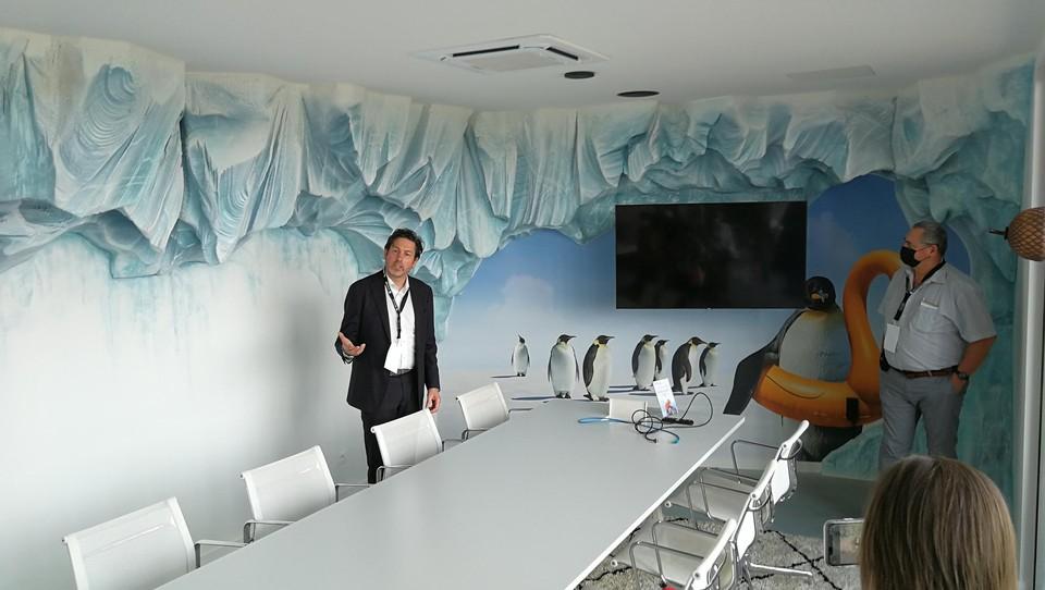 Een van de vergaderzaaltjes is ingericht als een heuse ijsgrot.