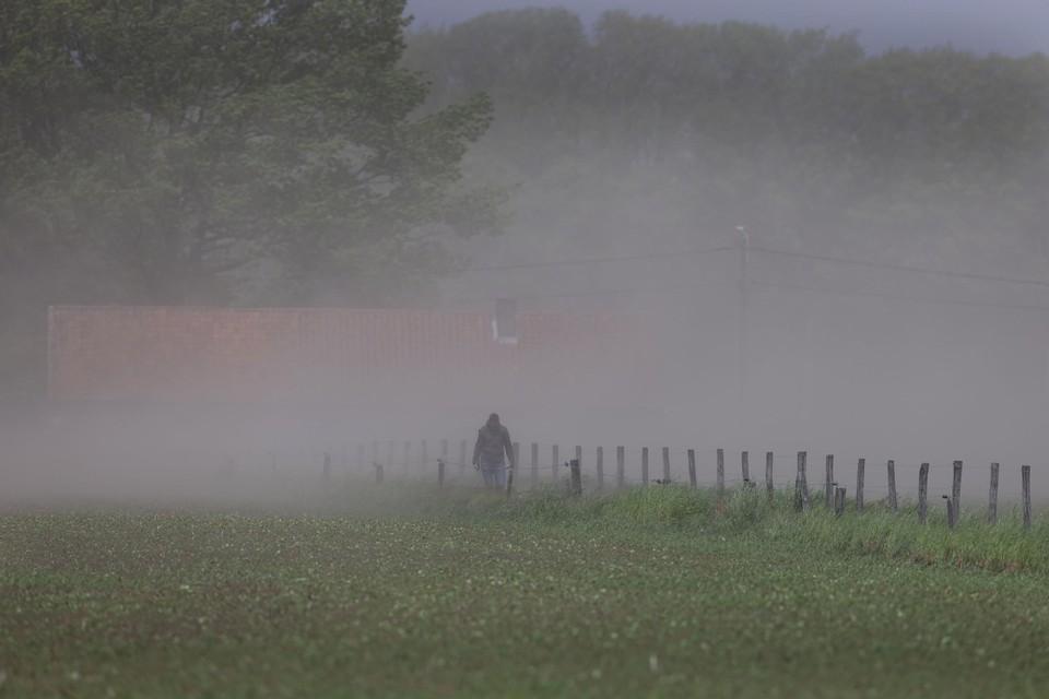 Wandelaars belanden tussen de akkers in een zandstorm.