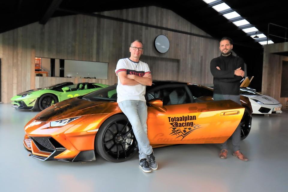 Racepiloten Mario Martlé en Kenneth Linthout bij de mooie Lamborghini Huracán in de showroom van Totaalplan Racing in Balgerhoeke.