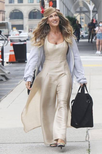 Carrie Bradshaw zal er ook in de reboot piekfijn gekleed bijlopen.