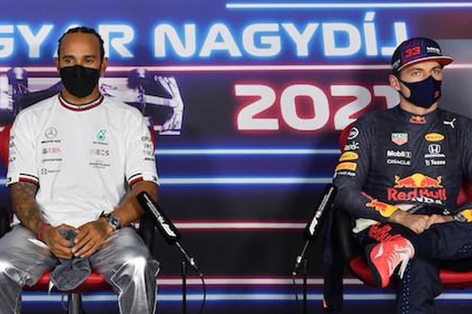 Lewis Hamilton en Max Verstappen tijdens de persconferentie in Hongarije