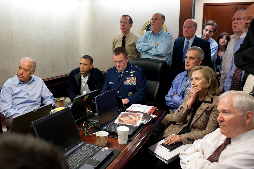 De historische foto uit The Situation Room. President Obama en zijn team kijken live naar de raid op het huis waar Osama bin Laden zal gedood worden.