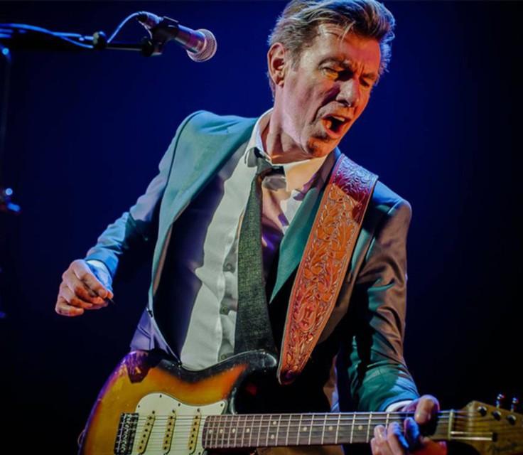Paul Michiels slaat de snaren op zijn gitaar opnieuw aan.