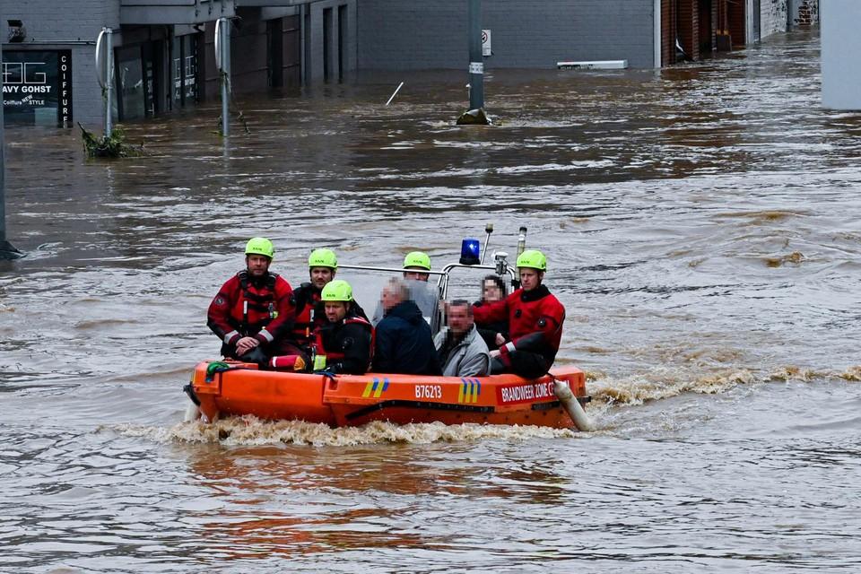 Een fotograaf van 'Paris Match' zag hoe een boot van de Gentse brandweer met drie inwoners van Pepinster in moeilijkheden geraakte.