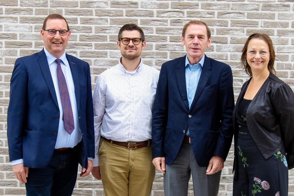 Stefaan Vercamer (voorzitter SHM Vlaamse Ardennen), Peter Lepez (directeur De Nieuwe Haard), Luc Dupont (voorzitter De Nieuwe Haard) en Jeanique Van Den Heede (directeur SHM Vlaamse Ardennen).