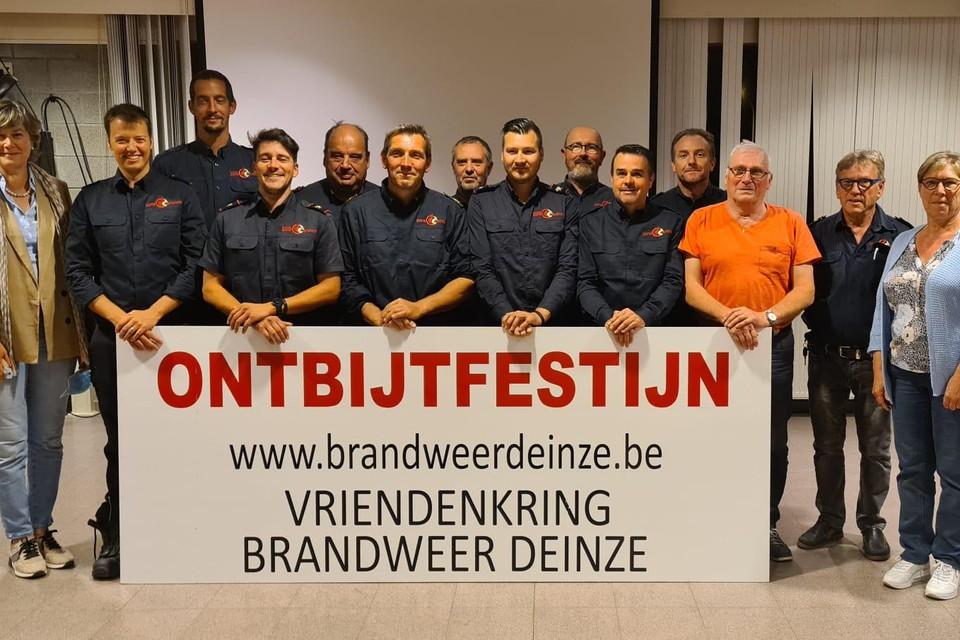 Vriendenkring Brandweer Deinze schenkt 30 gratis ontbijtmanden weg aan kansarme gezinnen, tot grote tevredenheid van schepenen Conny De Spiegelaere en Marleen Vanlerberghe.