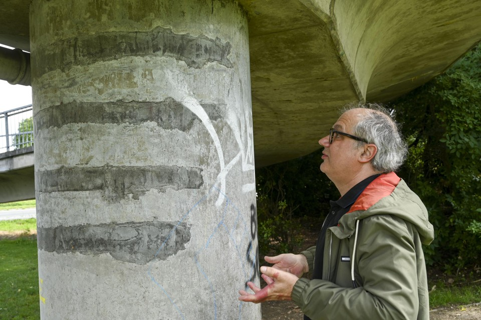 Johan Blom inspecteert de fietsersbrug over de Ring.