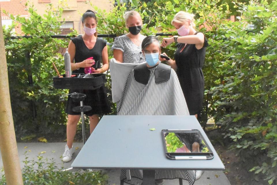 Zussen Delphine en Charlotte Van De Meulebroeke bedachten het concept van een buitenkapsalon.