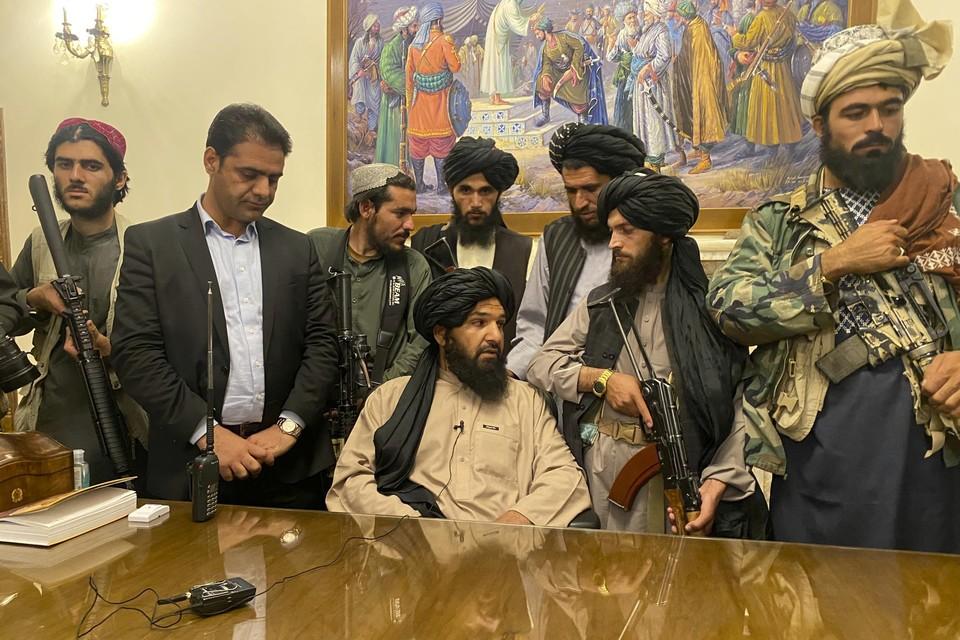 De taliban in het presidentiële paleis nadat ze Kaboel binnengevallen waren midden augustus
