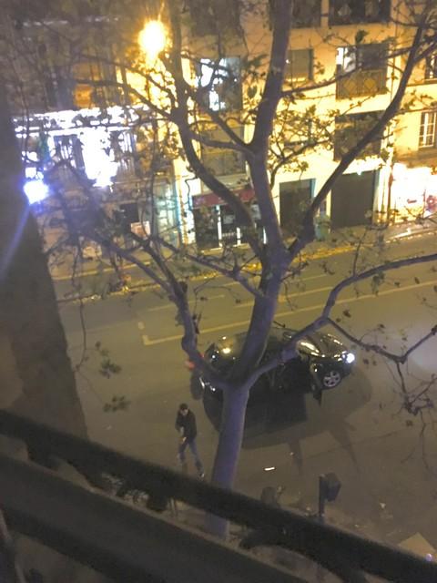 Brahim Abdeslam, met geweer, en Abdelhamid Abaaoud vallen La belle Equpe binnen