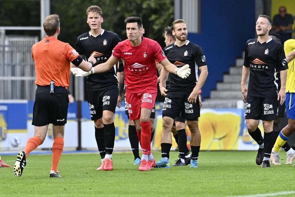 De spelers van SK Deinze waren het duidelijk niet eens met de arbitrage.