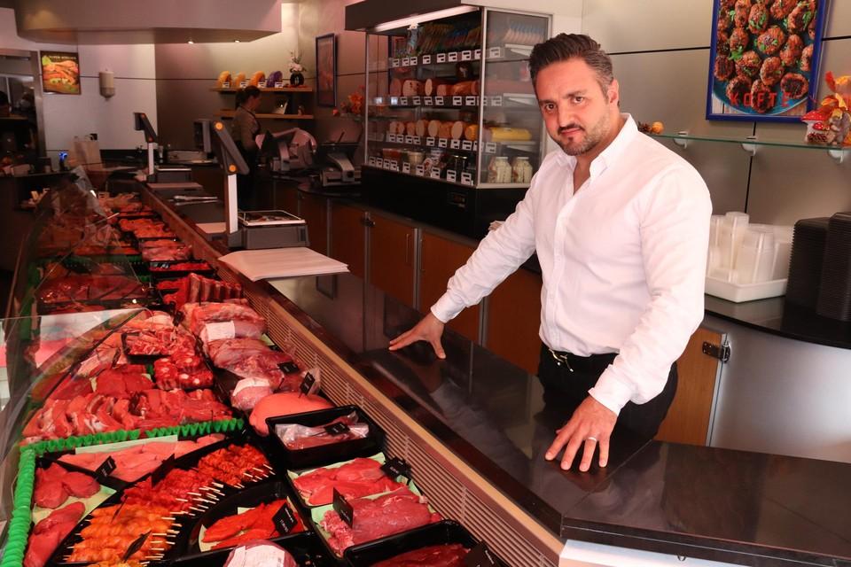 """""""Mensen kunnen hier terecht voor alle vlees en vleeswaren ,behalve dus varkensvlees"""", zegt Erhan."""