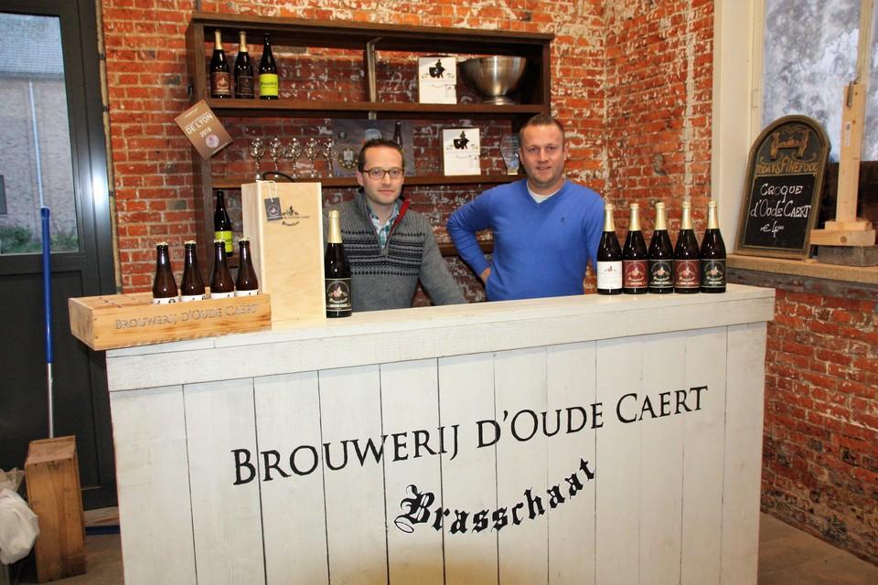 Denis Vinken en Kane Janssens met hun bieren.