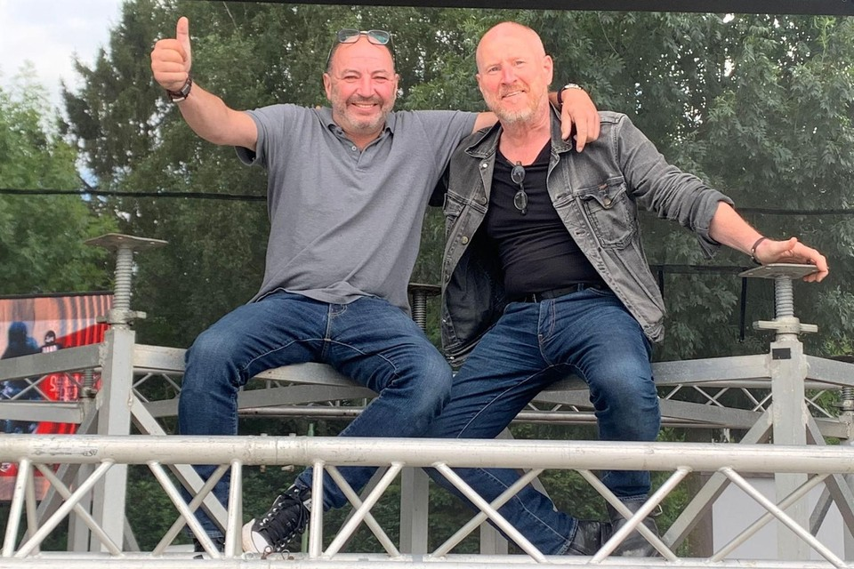 Organisatoren Janick Doré (l) en compagnon Luc Vandenbulcke testen het podium van hun Werf Rock uit. DIt weekend aan Werf 44.