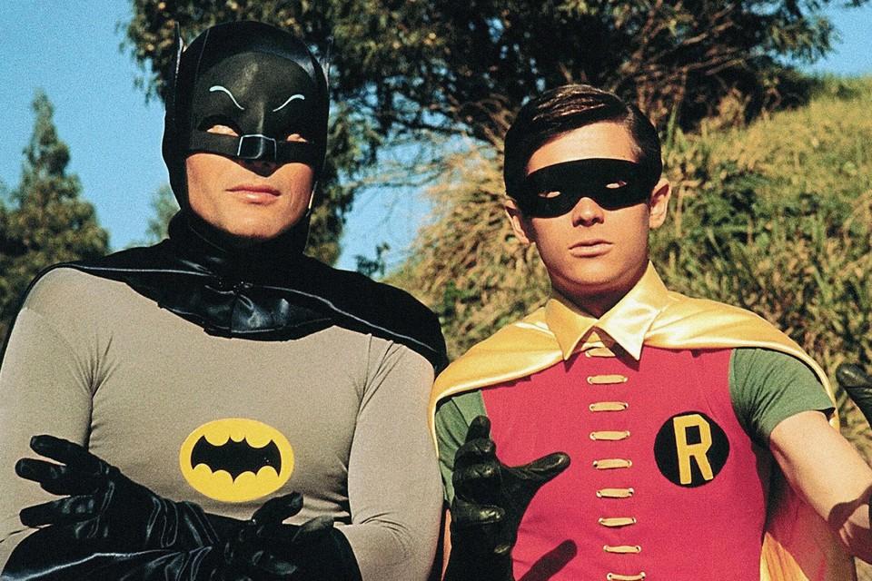Al jaren strijdt Robin aan de zijde van Batman in strips en televisiereeksen (hier ziet u Adam West en Burt Ward als het dynamische duo in de jaren 60). Voor het eerst is het personage echter uit de kast gekomen als biseksueel.