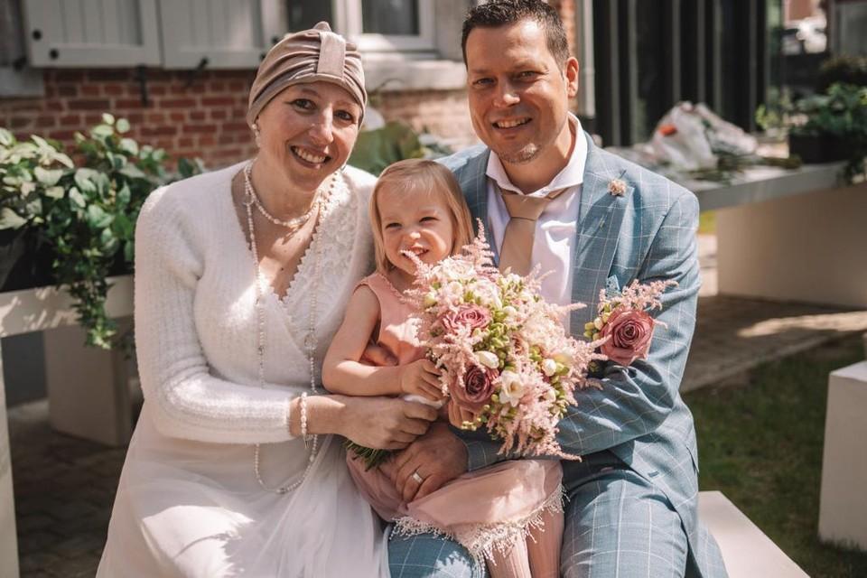 De Grobbendonkse Nele De Waele met haar man Reinout en hun dochtertje Mila, op hun huwelijksdag op 24 april dit jaar.