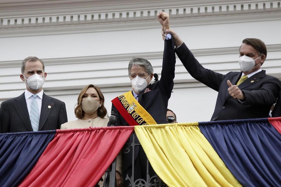 Lasso (midden) tussen Spaans koning Felipe (links) en Braziliaans president Bolsonaro (rechts).