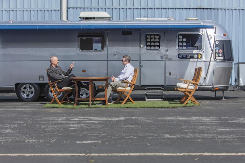 Van tot , Tom Hanks stond op iedere set met z'n elf meter lange Airstream. Nu doet hij die van de hand.