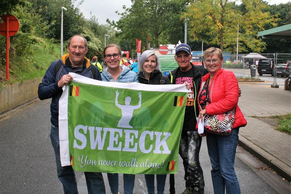 Melissa en Luc Verlinden uit Kontich (midden en tweede van rechts op foto) komen al voor de tweede keer naar de Rapencross. Maar iedereen knuffelen zien ze nog niet zitten.