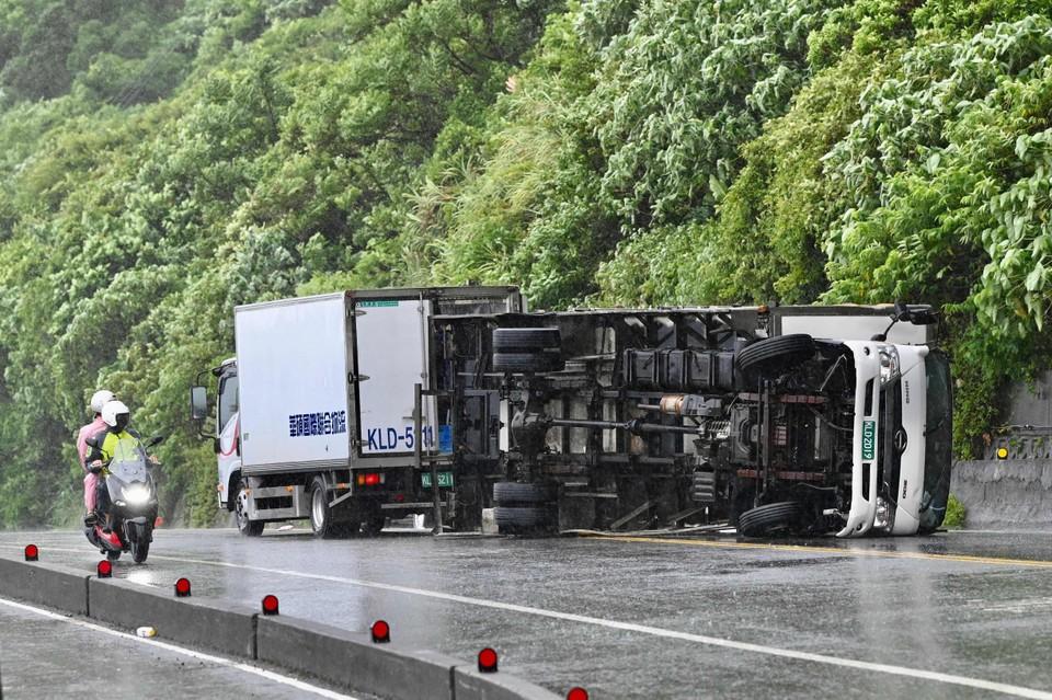 Een vrachtwagen kantelde door de felle wind