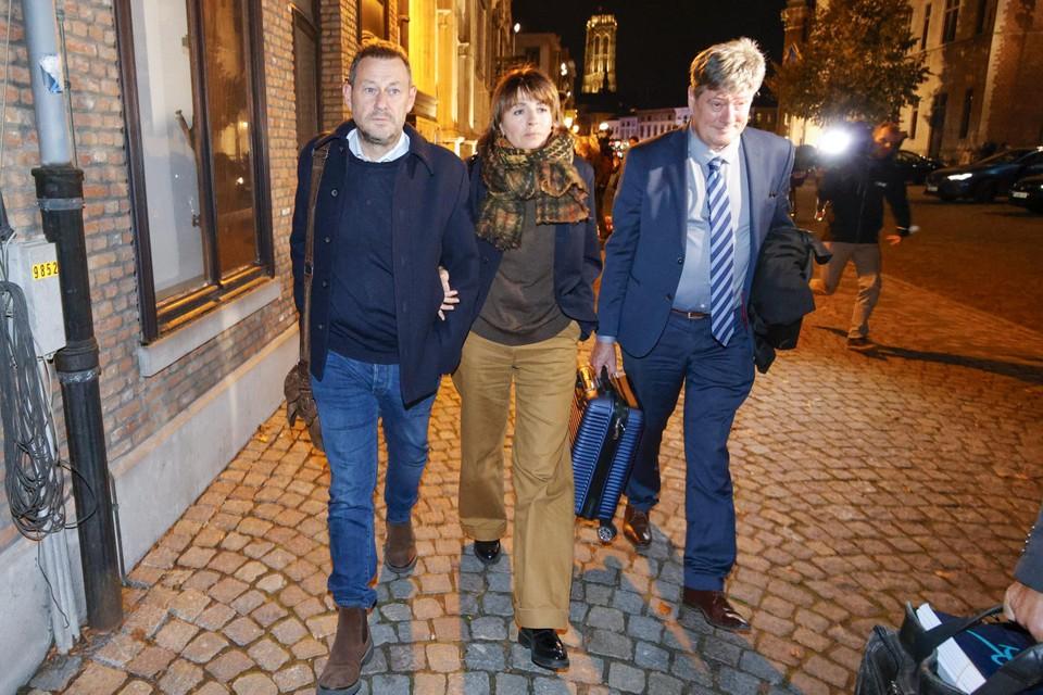 Bart De Pauw met echtgenote Ines De Vos en advocaat Michaël Verhaeghen na de tweede en laatste procesdag.
