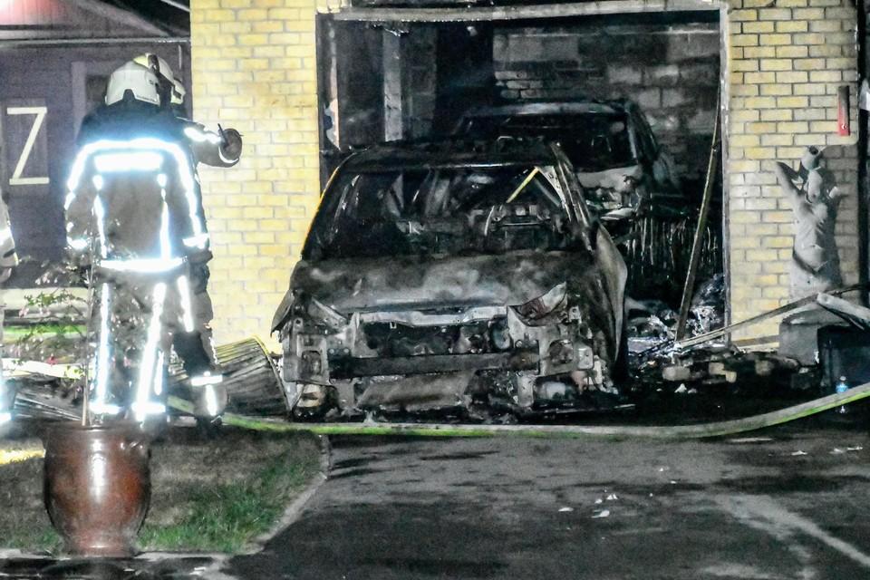 De twee wagens gingen in vlammen op door de zware brand.