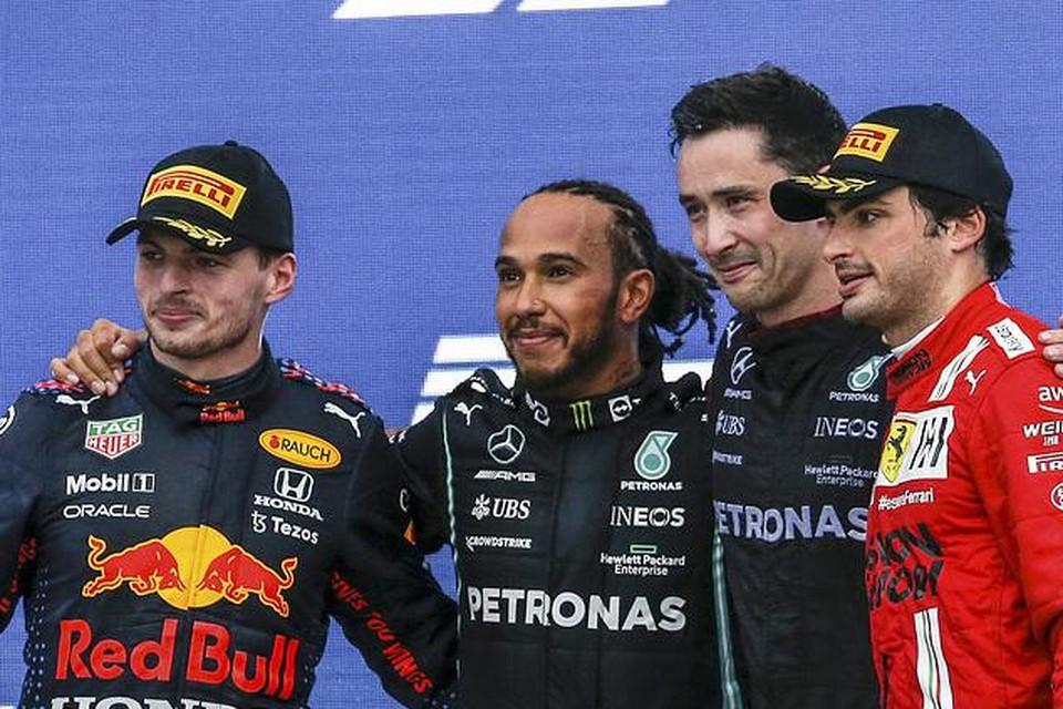 Max Verstappen, Lewis Hamilton en Carlos Sainz op het podium na de GP van Rusland