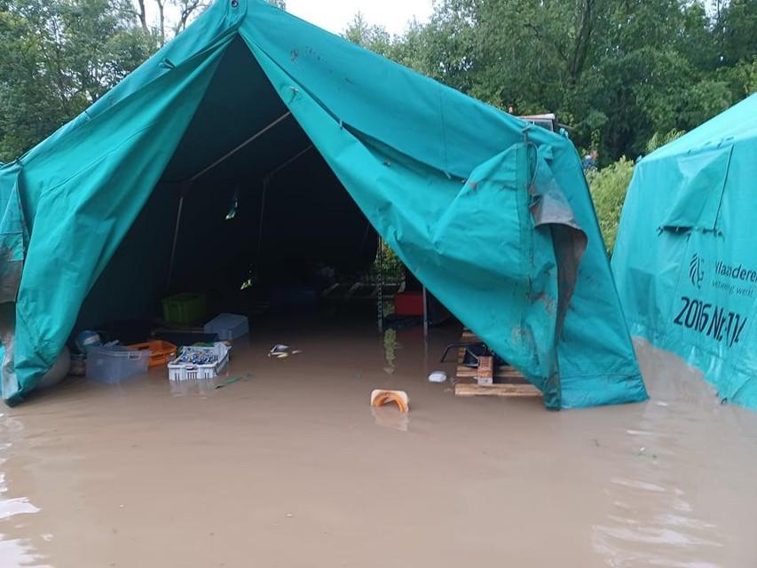 Ook alle tenten liepen onder water. Het water steeg maar liefst tot 30 centimeter.