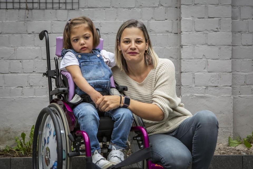 """Mama Belinda met Neyla. De kleuter heeft tumoren in het hoofd die steeds weer aangroeien. """"Maar wij blijven vechten voor het leven."""""""