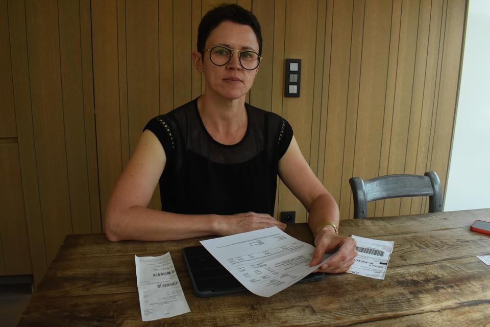 Hanne Deckx toont de factuur en de verzendingsbewijzen van de laptop.
