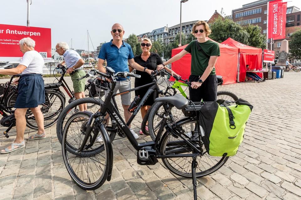 """Erik, Nathalie en Xander uit Lier. """"We gaan meestal met de auto naar de supermarkt. Maar verder kiezen we voor de fiets of de trein."""""""