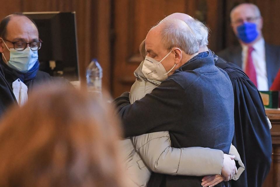 Na hun tweede veroordeling werd het koppel ter zitting aangehouden. Het afscheid met hun familie viel hen bijzonder zwaar