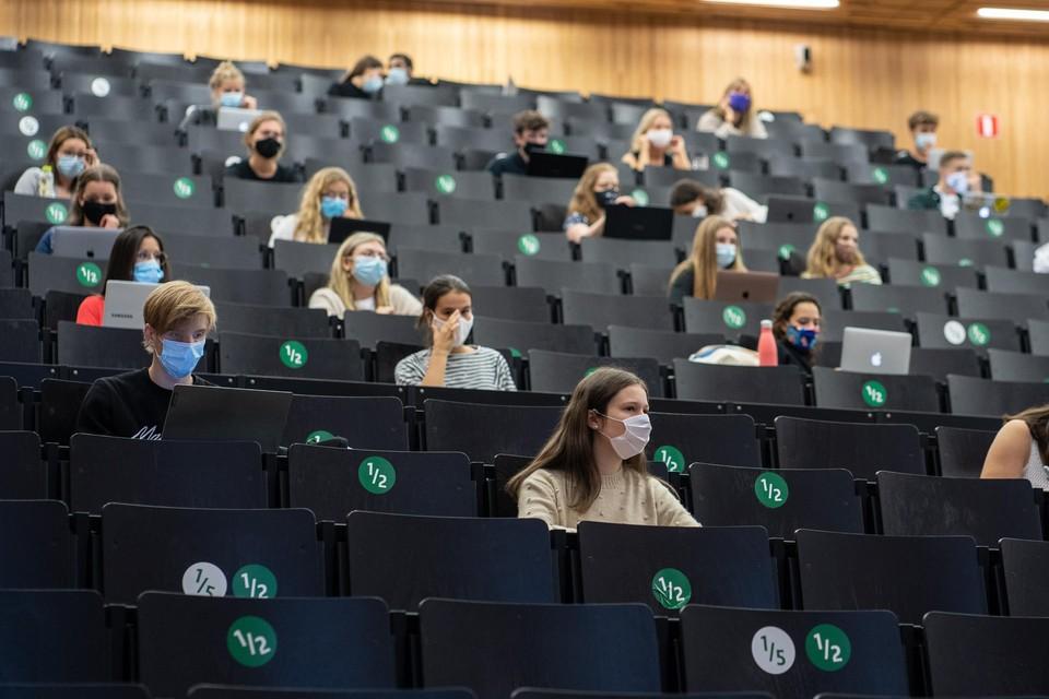 In de leslokalen van de universiteit blijft een mondmasker verplicht.