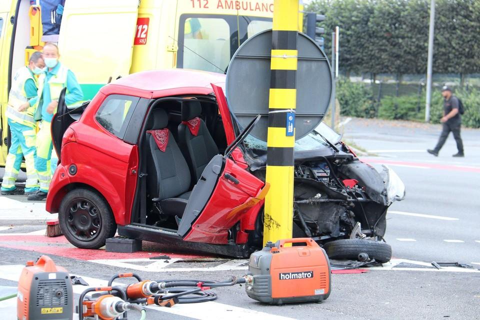 Het autootje kwam tot stilstand tegen een verlichtingspaal. Een passagier moest worden bevrijd door de brandweer.De bestuurder was uit zijn wagen geslingerd.