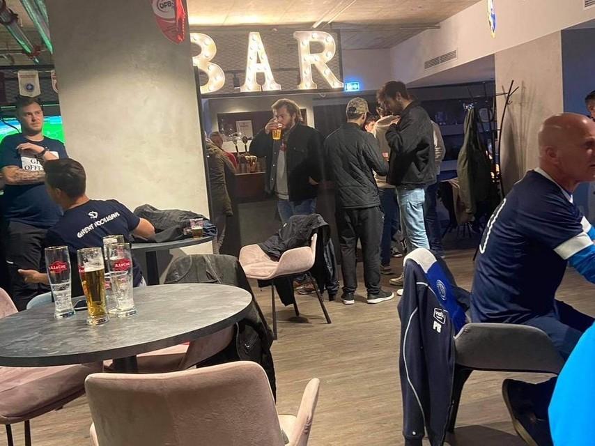 Voor de match, een pintje in de bar van het gezellige stadion