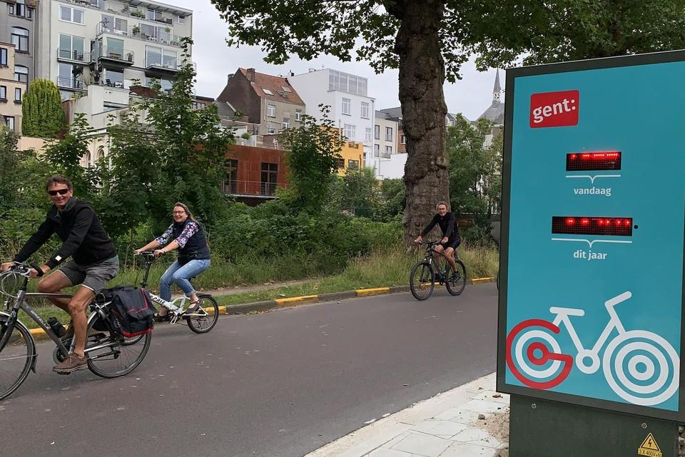 De nieuwe fietstelpaal toont hoeveel fietsers er al langsreden, ook al is het op de foto niet te zien.