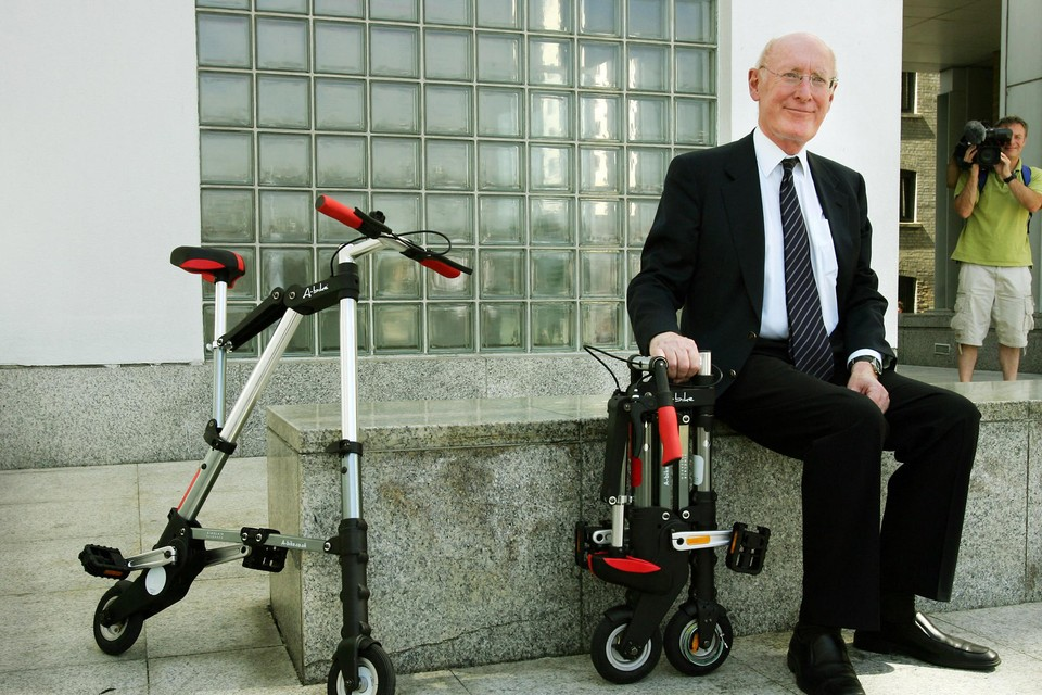"""Clive Sinclair in 2006 met een van zijn vele uitvindingen: de """"A-bike""""."""