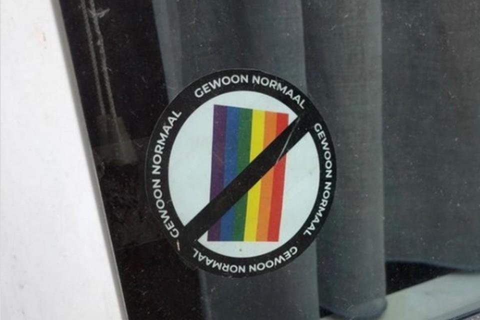 De stickers doen denken aan gelijkaardige haatboodschappen in Polen.