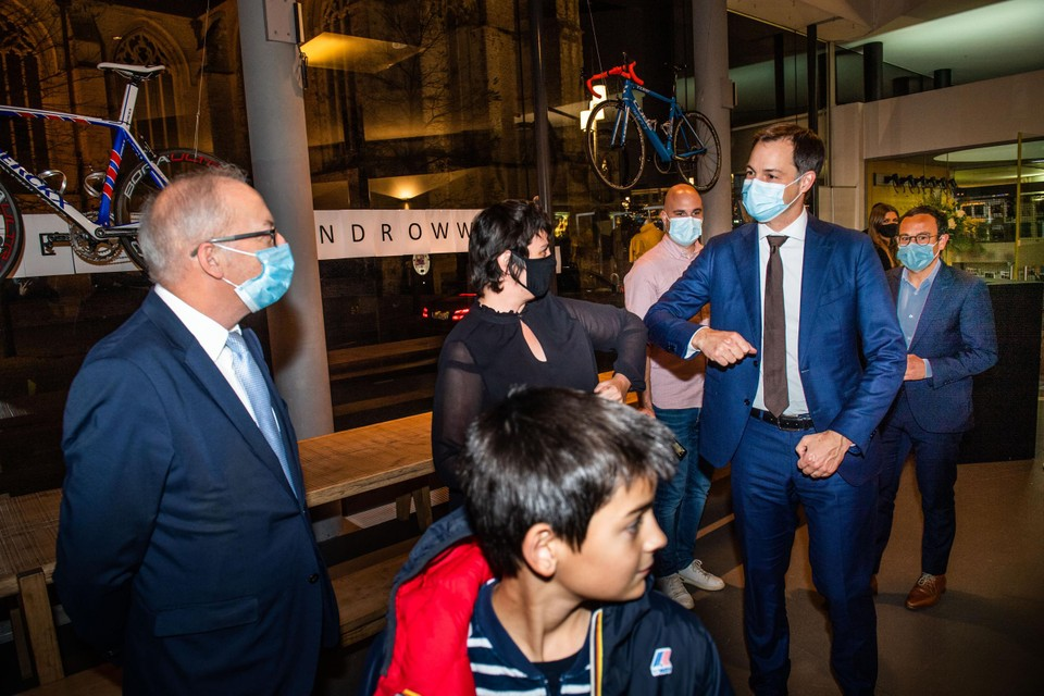 Hoofdredacteur Liesbeth Van Impe en de burgemeester van Oudenaarde Marnic De Meulemeester heten de premier welkom.