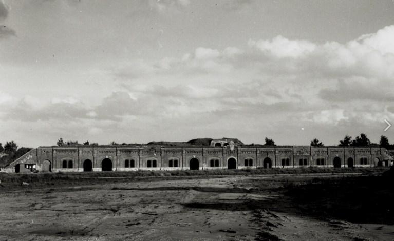 Het binnenplein van het fort tijdens de afbraak.